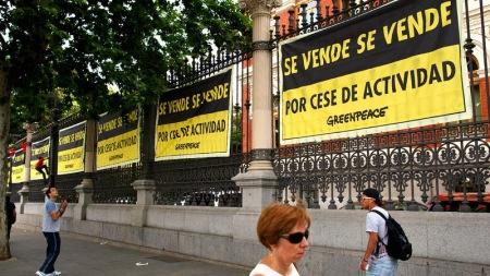 """""""05/06/2015. Ministerio de Agricultura y Medio Ambiente (Atocha), Madrid. (© Greenpeace / Pablo Blazquez) Coincidiendo con la celebraci—n del D'a del Medio Ambiente, esta ma–ana activistas de Greenpeace han cubierto completamente la verja de la fachada principal del edificio del Ministerio de Agricultura, Alimentaci—n y Medio Ambiente (MAGRAMA) con 200 m2 de carteles con el mensaje ÒSe vende por cese de actividadÓ para denunciar el declive que han sufrido las pol'ticas medioambientales en los œltimos a–os y el incumplimiento de sus funciones por parte del Ministerio. Greenpeace Handout/PABLO BLAZQUEZ - No ventas -No Archivos - Uso editorial solamente - Uso libre solamente para 14 d'as despuŽs de liberaci—n. Foto proporcionada por GREENPEACE, uso solamente para ilustrar noticias o comentarios sobre los hechos o eventos representados en esta imagen. Greenpeace Handout/PABLO BLAZQUEZ - No sales - No Archives - Editorial Use Only - Free use only for 14 days after release. Photo provided by GREENPEACE, distributed handout photo to be used only to illustrate news reporting or commentary on the facts or events depicted in this image."""""""